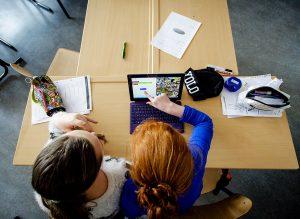 2015-03-16 13:32:34 WEESP - Leerlingen krijgen les in het maken van apps op een tablet op de ëSchool voor de toekomstí tijdens een pilot op de Jozefschool. Het doel van dit project is om 21st century skills en programmeren een vast onderdeel te laten zijn in het curriculum op alle scholen. Microsoft Nederland en trainingspartner IT Randsteden stimuleren deze ontwikkeling door mee te denken over hoe deze nieuwe vaardigheden een plek kunnen krijgen in het leerprogramma. ANP ROBIN VAN LONKHUIJSEN